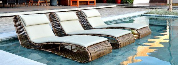 espreguiçadeira em aluminio e fibra sintetica para area de piscina