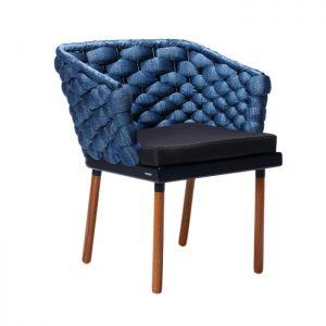 cadeira em aluminio, madeira e trama em trico sintetico
