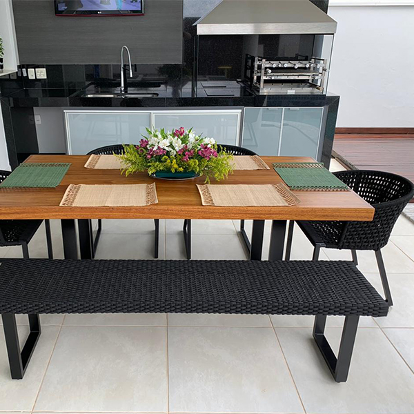 mesa retangular com pés em aluminio e tampo em madeira maciça para area externa e varanda